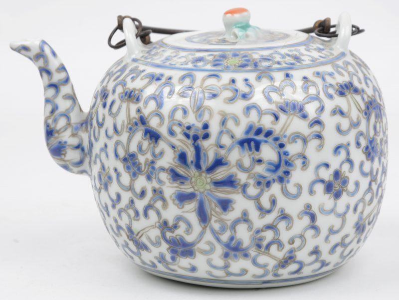 Een theepotje van meerkleurig Chinees porselein met een bloemendecor. Onderaan gemerkt.