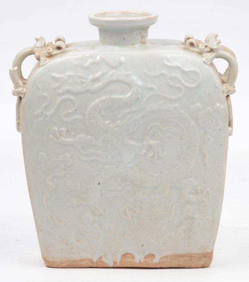 Een pelgrimsfles van witgeglazuurd Chinees porselein, versierd met een drakendecor in reliëf. Beschadiging bovenaan.