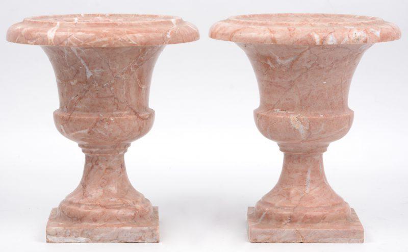Een paar siervaasjes van roze marmer.