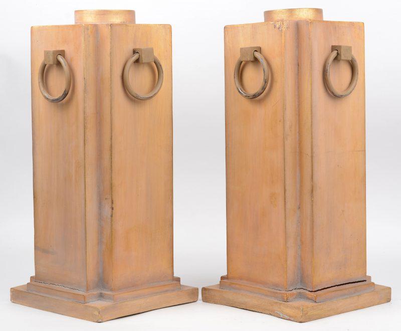 Een paar houten lampenvoeten met ringen.