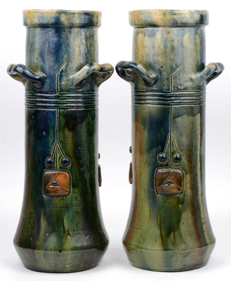Een paar vazen van geglazuurd Torhouts aardewerk. Tijdperk art nouveau.