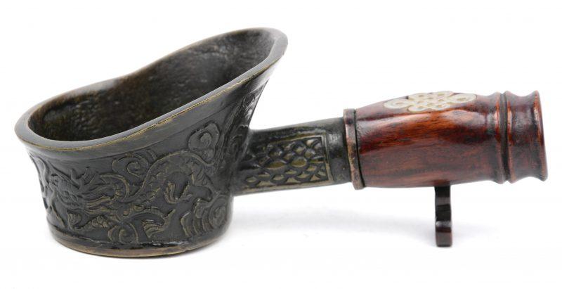 Een Chinese bronzen lepel met een houten handvat met versiering van jade.