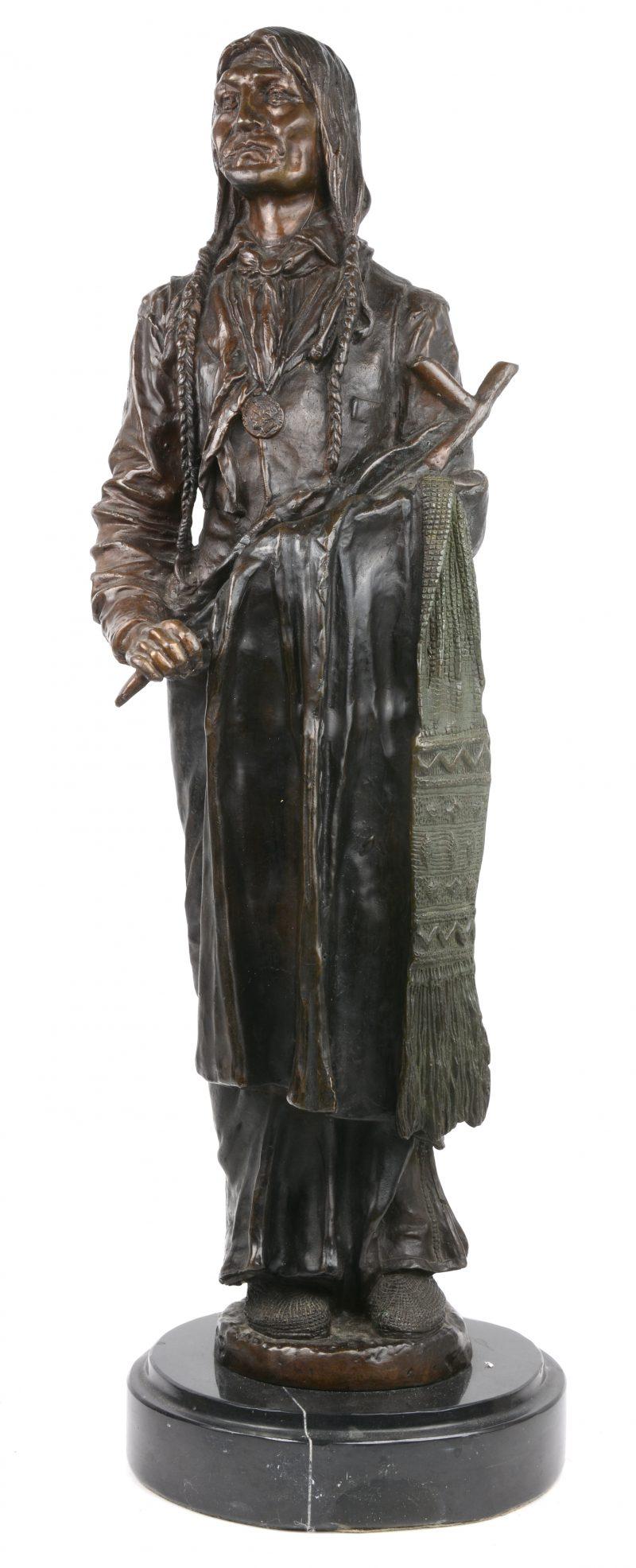 """""""Chief Wolf Robe"""". Bronzen beeld naar het werk van Carl Kauba. Op marmeren voetstuk. Recente geut."""