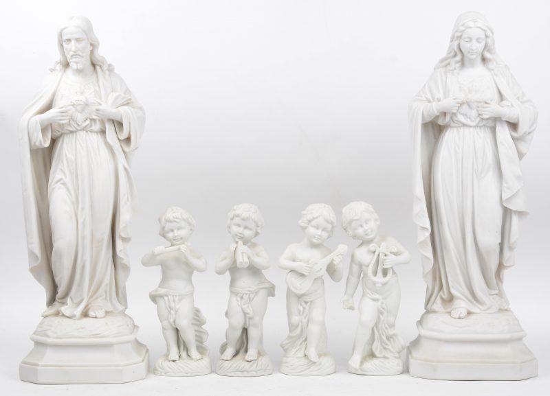 Een lot monochroom wit biscuit, bestaande uit een Christus Heilig hart, een maria Heilig Hart en vier musicerende putti.