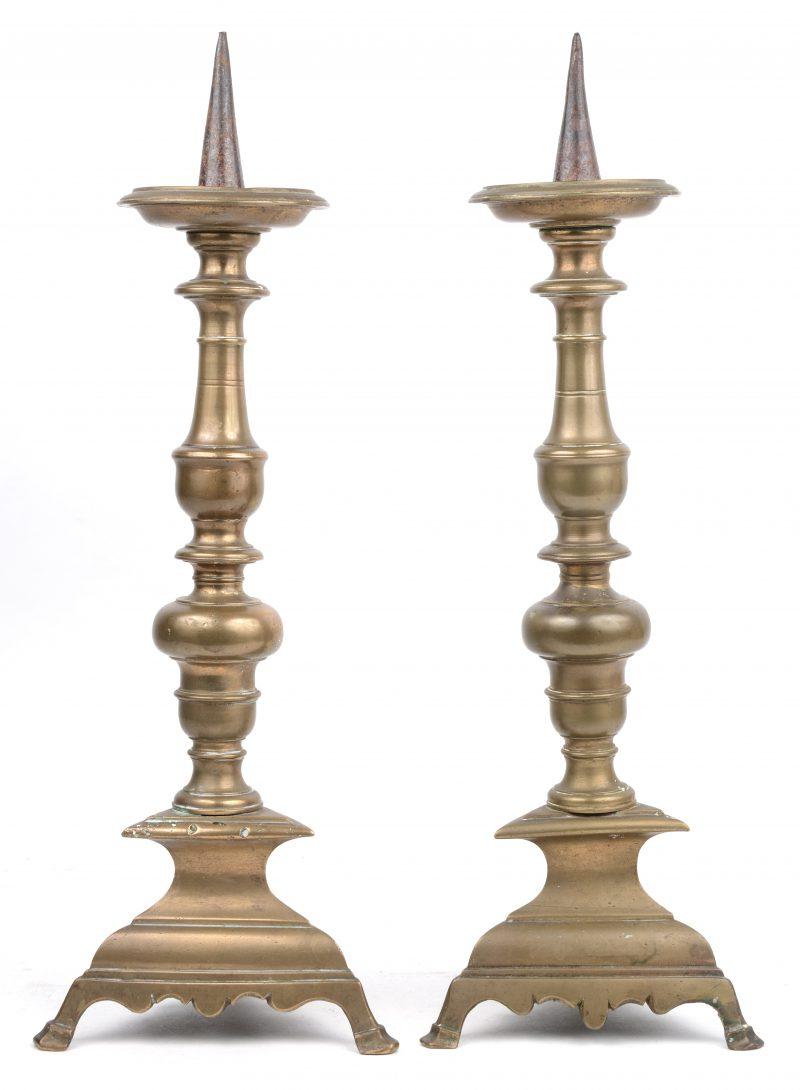 Een paar bronzen kandelaars. Italië(?) omstreeks 1600.