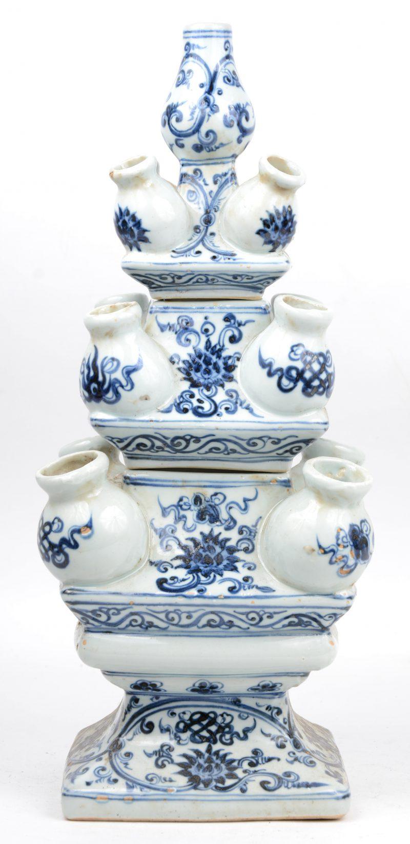 Een uit drie delen opgebouwde tulpenvaas van blauw en wit Chinees porselein naar XVIIe eeuws voorbeeld.