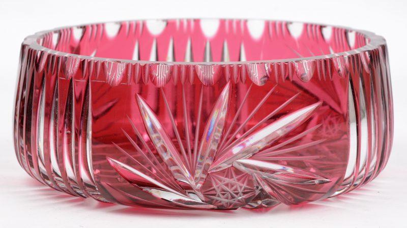 Een coupe van geslepen kristal, rood gekleurd in de massa. Gaaf.