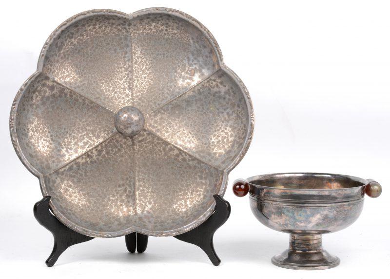 """""""La Vittelloise"""". Een coupe de golf d'ete 1949. We voegen er een koekjesbord aan toe. Ø 32 cm. Beide van zilver. Samen 970 g."""