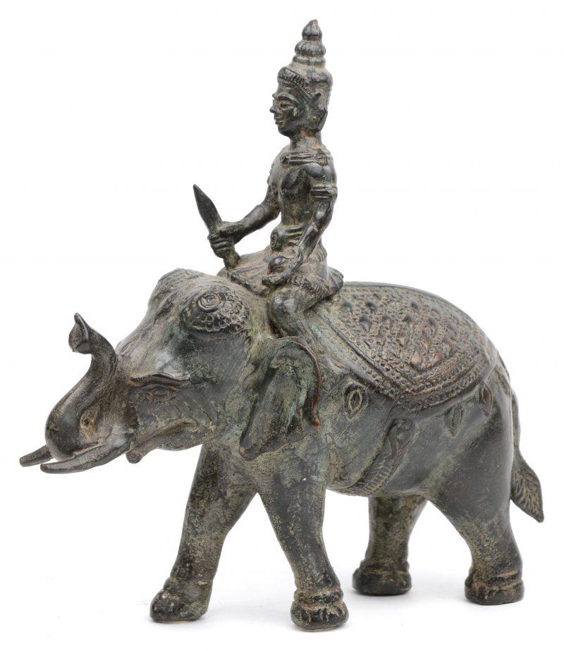 Een voorstelling van een bodhisattva op een olifant van gepatineerd massief brons. Indisch werk.