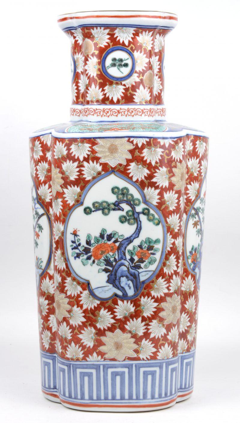 Een vaas van meerkleurig Japans porselein met planten in cartouces op achtergrond van bloemen.