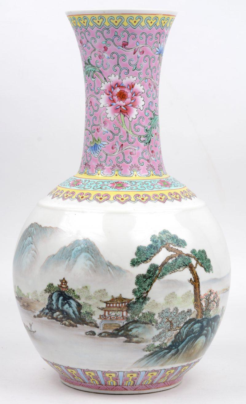 Een bol vaasje van Chinees porselein met een meerkleurig landschapsdecor. Onderaan gemerkt. Kleine haarscheur in de hals.