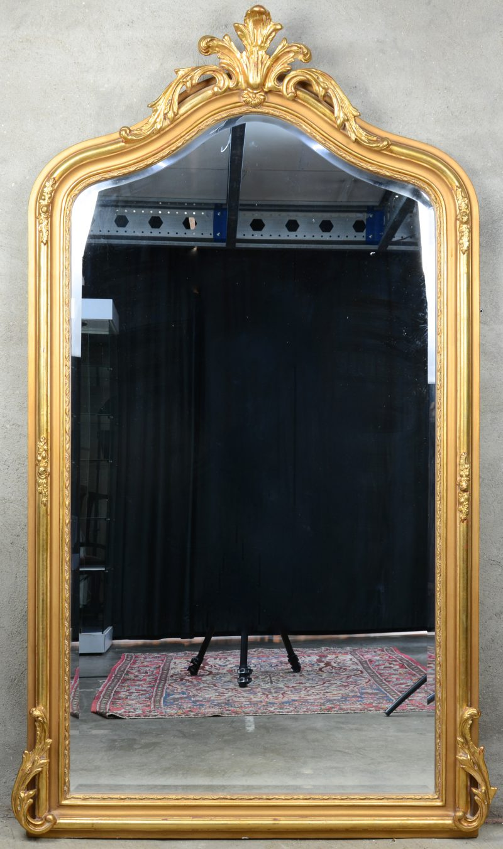 Een verguld houten schouwspiegel met een acanthusblad in de kuif.