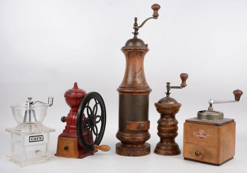 Een lot van twee oude houten pepermolens en drie koffiemolens, waarbij een plexiglazen en een gietijzeren exemplaar.