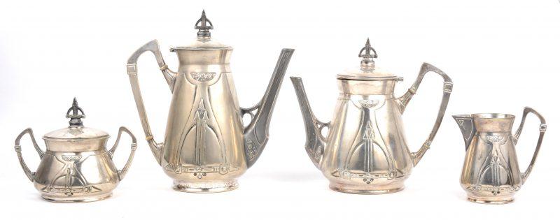 Een vierdelig verzilverd metalen koffie- en theestel. Tijdperk belle-epoque.