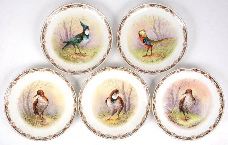Een reeks van vijf borden van Limogesporselein met handgeschilderde decors van vogels, gesigneerd 'larue'. Onderaan gemerkt.