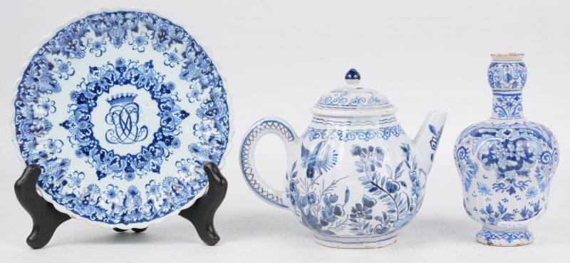 Een lot XVIIIe eeuws Delfts aardewerk, bestaande uit een vaasje, gemerkt van de Drie Klokken, een theepotje met bloemendecor en een geribd bordje.