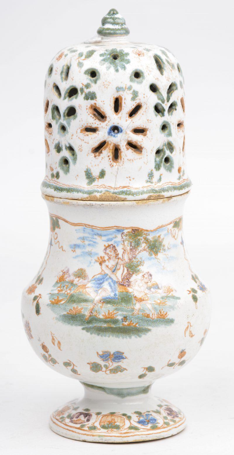 Een suikerstrooier van Frans aardewerk let een meerkleurig bloemendecor. Moustiers, XVIIIe eeuw. Onderaan gemerkt.