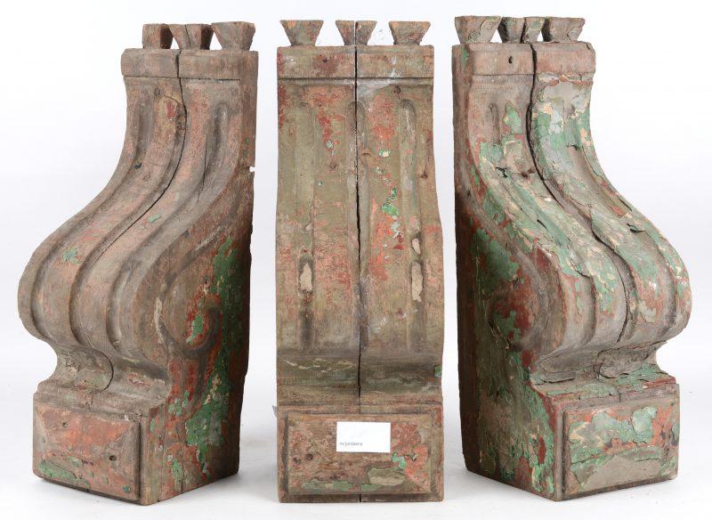 Drie gesculpteerde houten consoles met resten van groene verf.