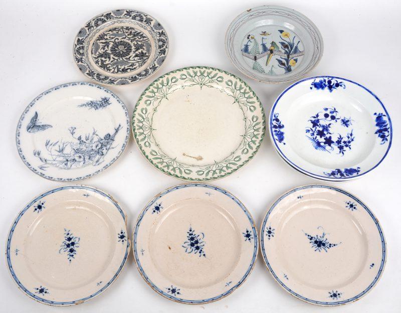 Een lot van negen diverse borden o.m. uit Doornik (décor à la mouche), Minton, Oost-Frankrijk, e.a. Diverse letsels.