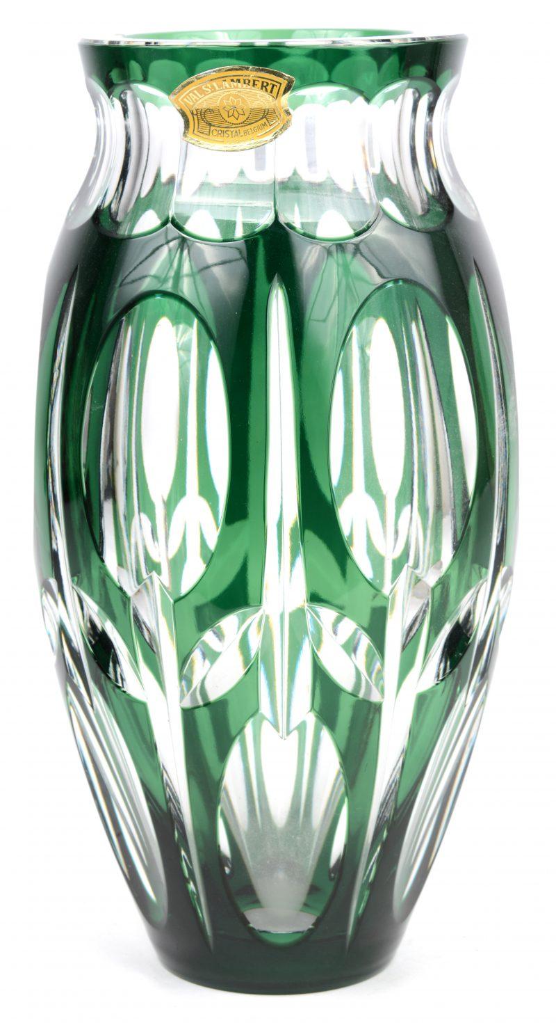 Een vaas van geslepen en groen gedubbeld kristal. Gemerkt onderaan en met sticker. Gaaf.