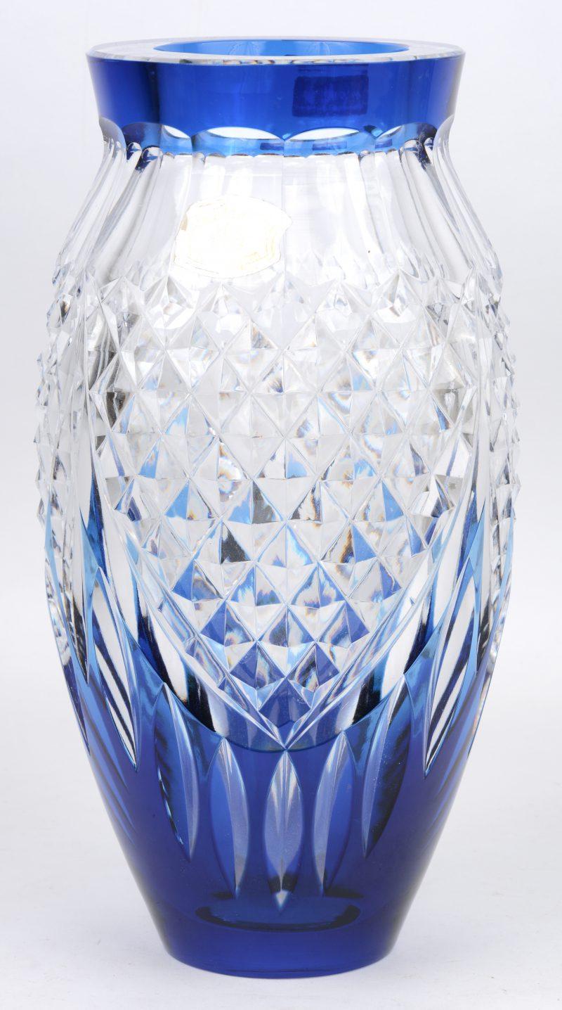 Een vaas van geslepen en blauw gedubbeld kristal. Onderaan gemerkt.