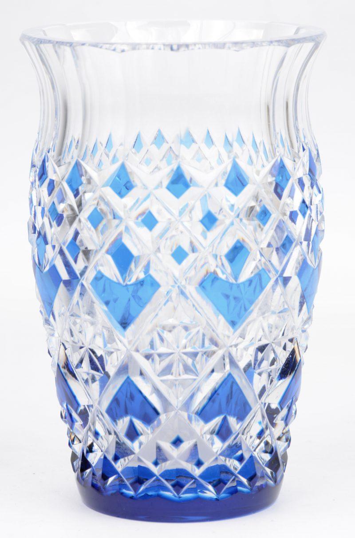 Een vaas van geslepen blauw en kleurloos kristal. Gemerkt.