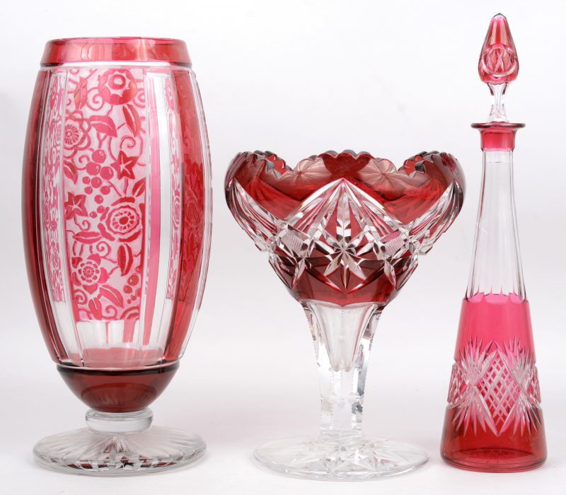 Een lot geslepen kristal, bestaande uit een coupe op voet, een vaas op voet en een karaf.