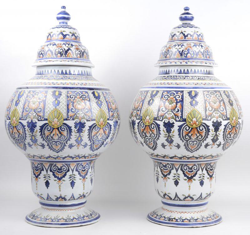Een paar dekselvazen van meerkleurig Hollands aardewerk.
