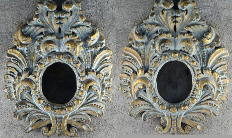 Een paar spiegels van hout en plaaster in barokke stijl. Beschadiging.