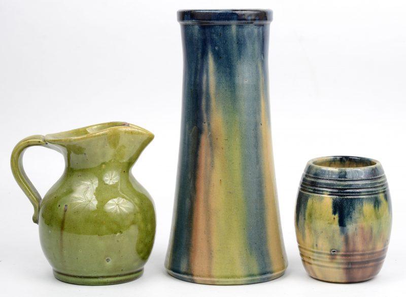 Drie potjes van Belgisch aardewerk (één onderaan gemerkt).