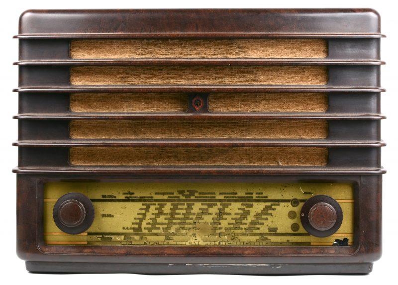 Een oude bakelieten radio. In werkende staat. Met snoer.