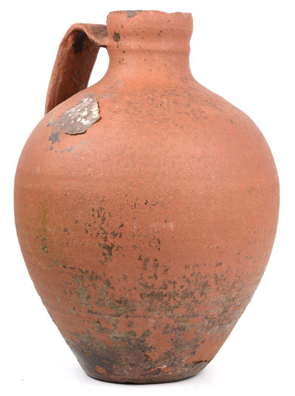 Een antieke aardewerken kruik.