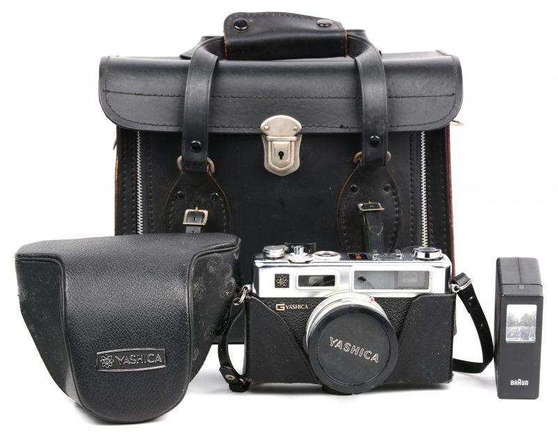 Een oude fotocamera met toebehoren in lederen tas.