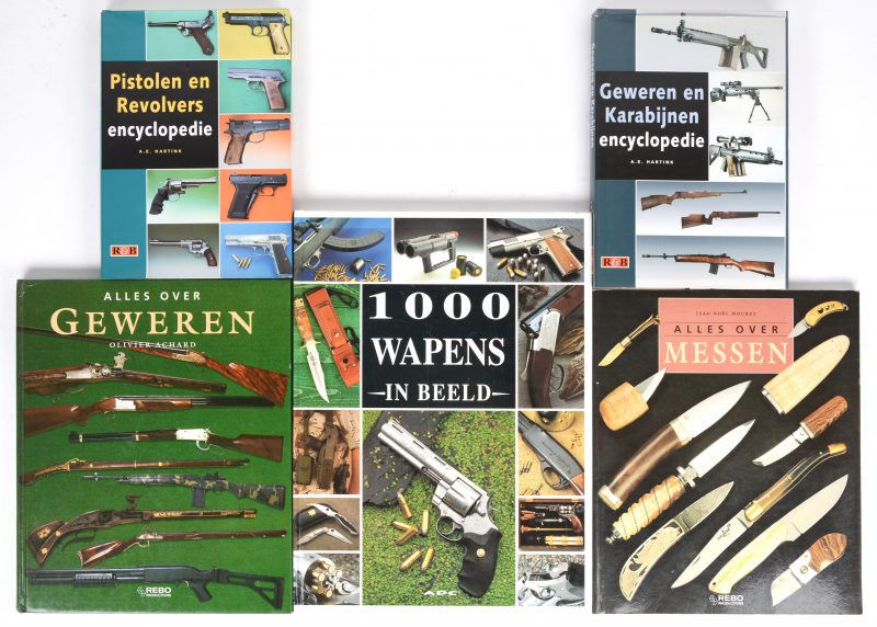 """Een lot van vijf documentatieboeken m.b.t. wapens:- """"Geweren en karabijnen encyclopedie"""". A. E. Hartink. 1997.- """"Pistolen en revolvers encyclopedie"""". A. E. Hartink. 1996.- """"Alles over messen"""". Jean- Noël Mouret.- """"Alles over geweren"""". Olivier Achard.- """"1000 wapens in beeld""""."""