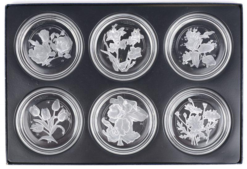 Een reeks van zes onderzetters van geslepen kleurloos kristal met bloemen in het decor. In originele doos.