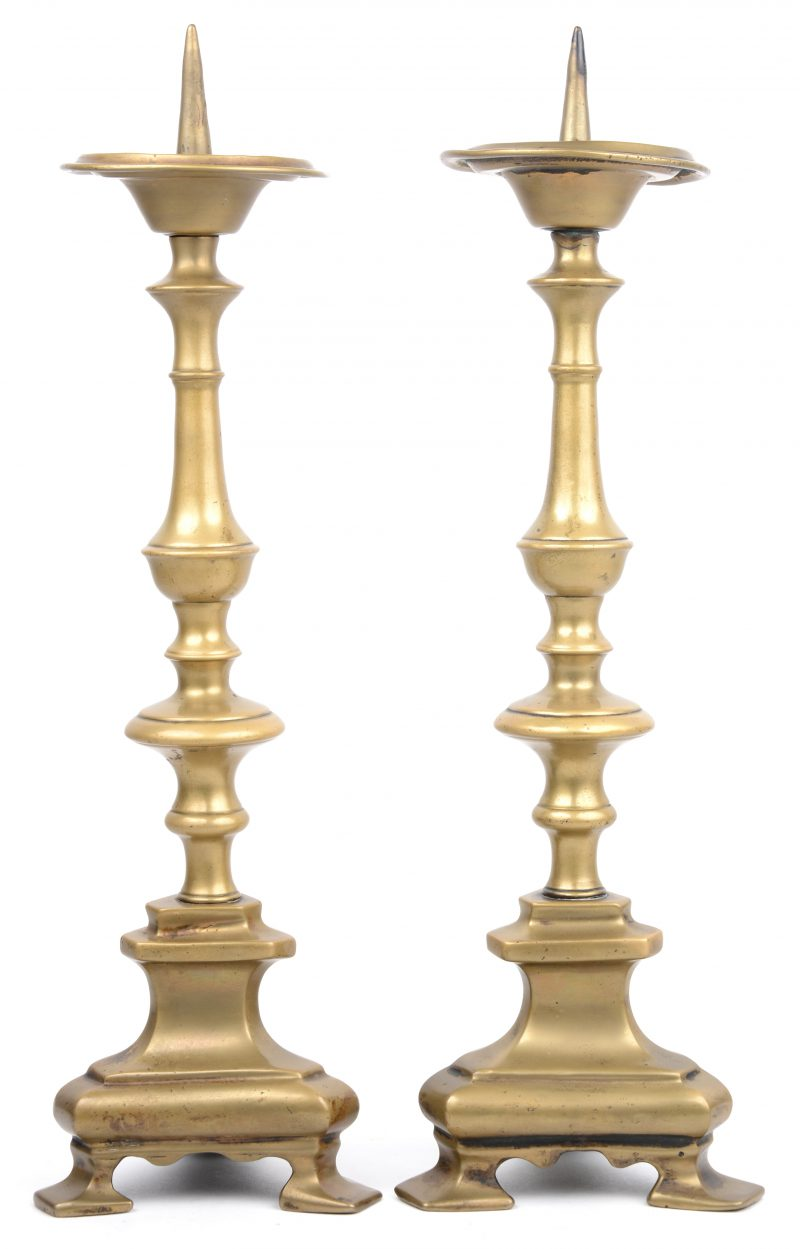 Een paar antieke bronzen kandelaars in renaissancestijl.
