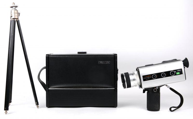 Een Electro 8 filmcamera. In originele tas en met statief.
