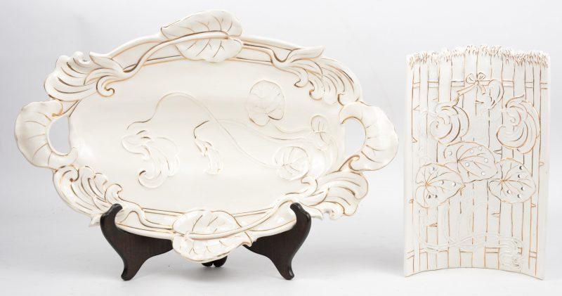 Een tweedelige Boheemse aspergeschotel van aardewerk met een verguld reliëfdecor. Onderaan gemerkt met een vuurtoren in reliëf.