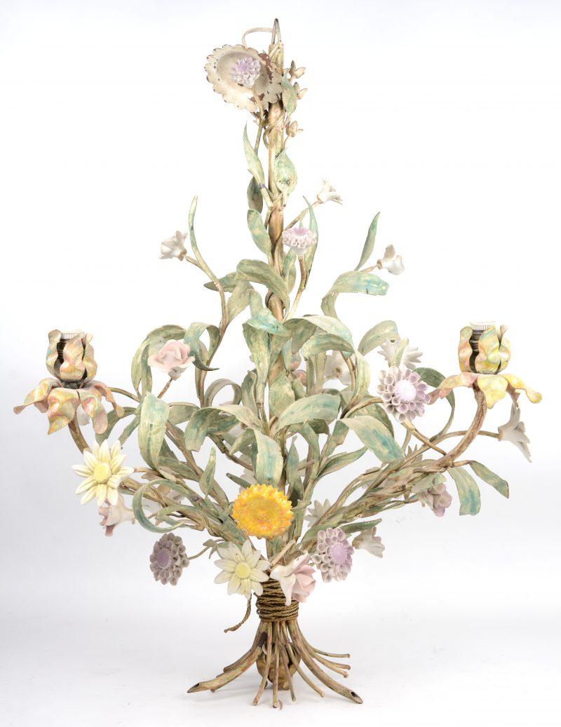 Een gepolychromeerd smeedijzeren luchtertje met porseleinen bloemen.