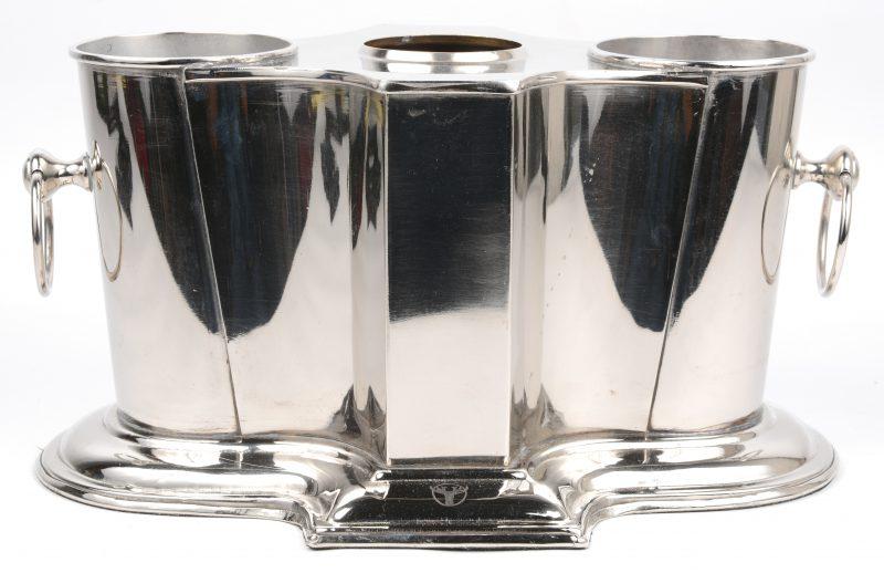Een verzilverd metalen wijnkoeler voor twee flessen.