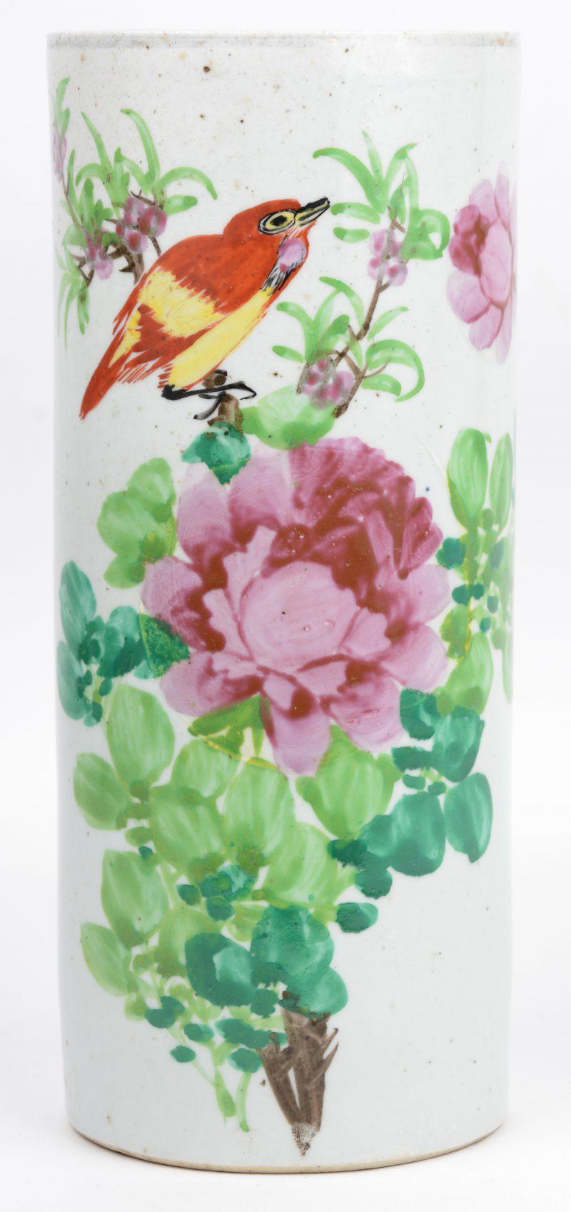 Een Chinees porseleinen penseelkoker met een meerkleurig decor van pioenen en een vogel.