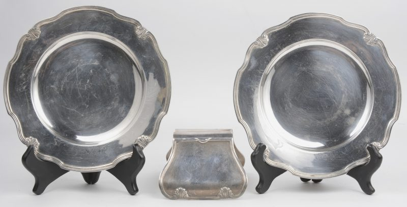 Twee broodbordjes en een aspergetang van massief zilver. Makersmerk Wolfers.
