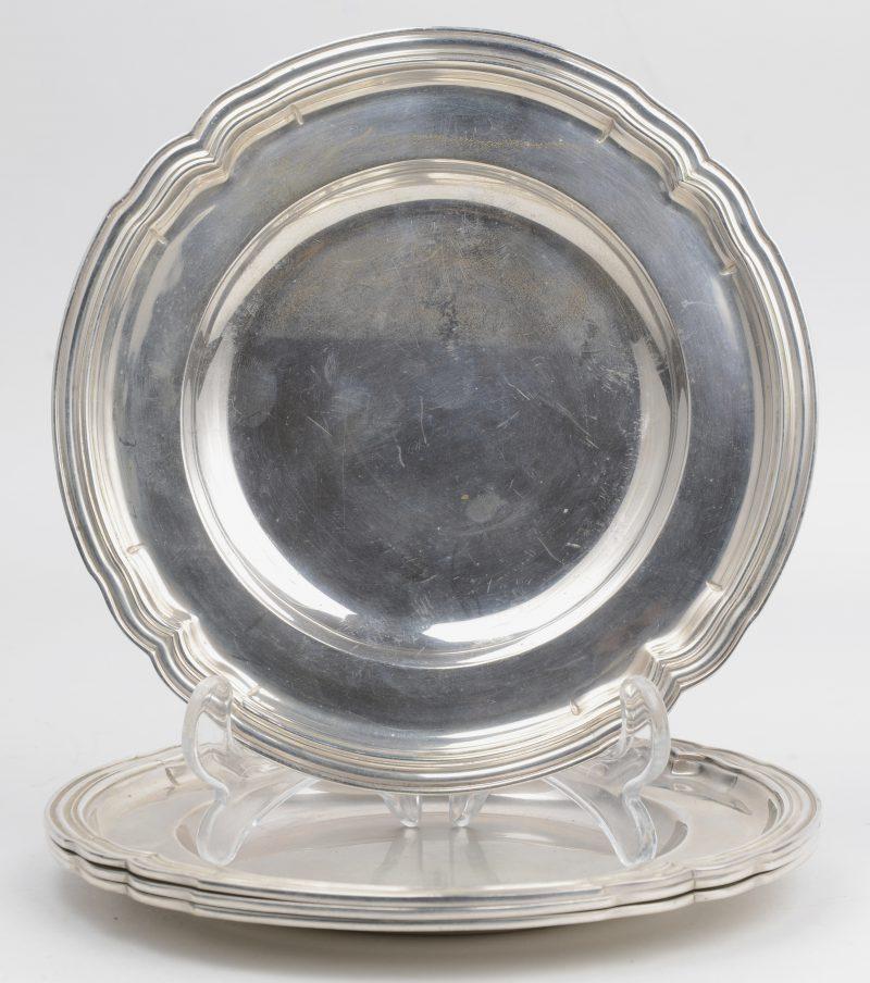 Vier zilveren broodbordjes in Lodewijk XV-stijl. Keuren van Delheid en 800/1000.