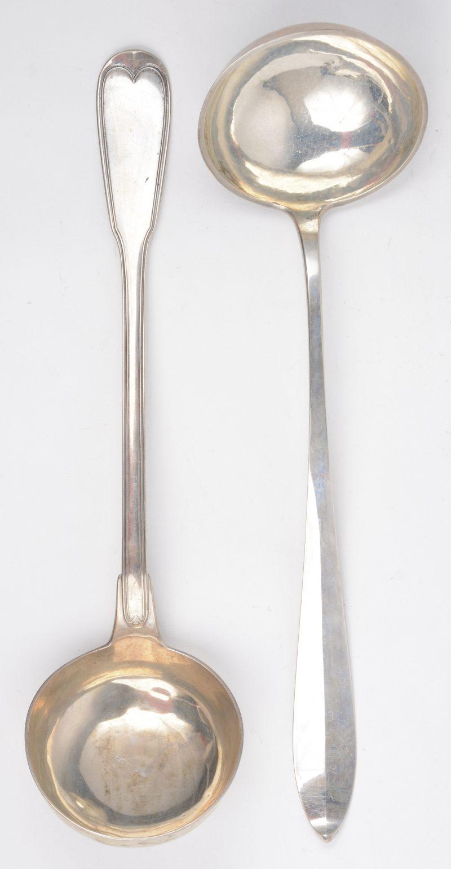 Twee massief zilveren pollepels, de ene met een Régencerand en met meeserkeur van Bonnevie, tweede gehalte, tijdperk Napoléon III, de andere in Empirestijl.