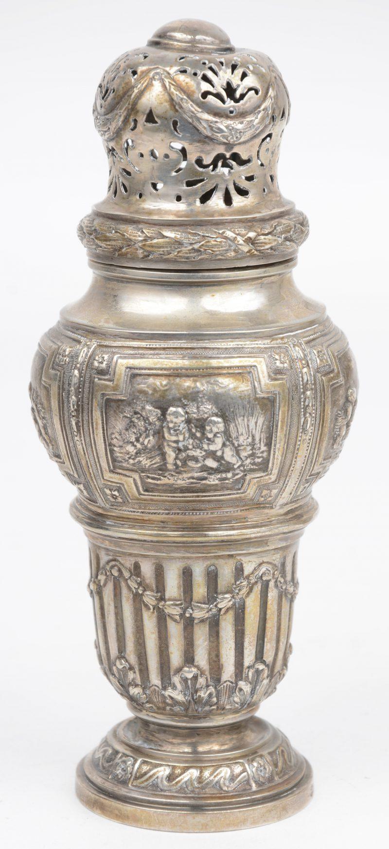 Massief zilveren strooibus op voetstuk met op de buik gedreven scènes met putti en een vaas. Lodewijk XVI-stijl. Onduidelijke keuren.