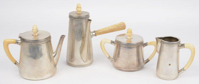 Een zilveren art deco bachelor tea set, konisch van vorm, met benen handvaten en versierd met een gegraveerde fries. Koffie-en theepotje, melk-en suikerpotje. Keuren van Wolfers 835/1000.