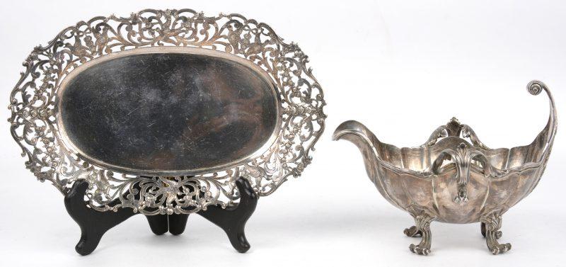 Een zilveren broodmandje en een gedreven sauskom in Lodewijk XV-stijl. Keuren van Wolfers 800/1000