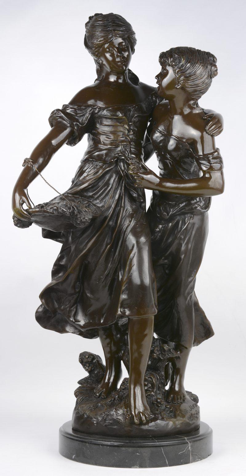 """""""Zusjes"""". Een bronzen groep met bruin patina op zwart marmeren sokkel. Postume geut naar Louis en François Moreau."""