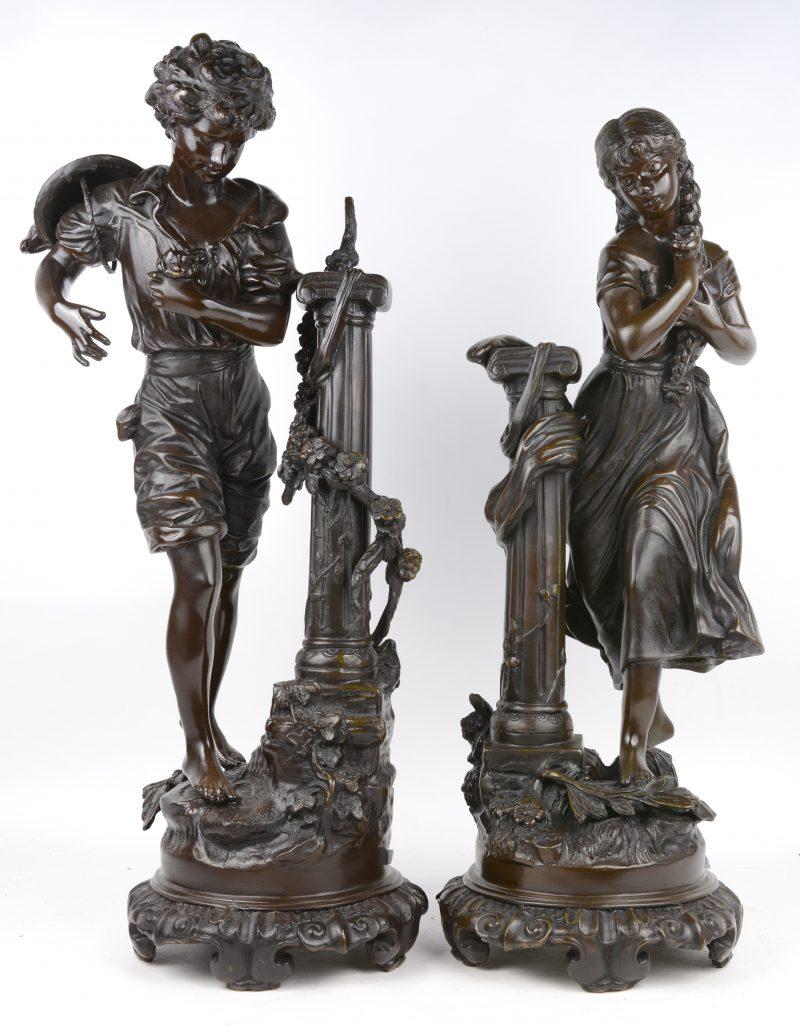 """""""Het liefdeskoppel"""". Twee bronzen beelden met donker patina naar werken van Mathurin Moreau."""