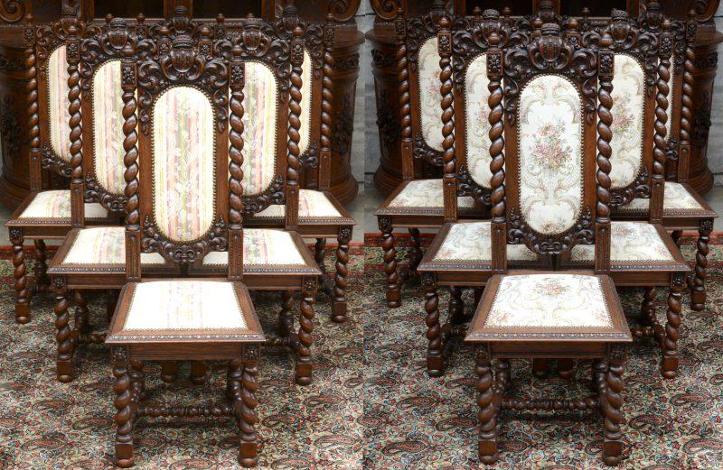 Een reeks van twaalf gebeeldhouwd eikenhouten stoelen met getorste poten en stijlen en gebeeldhouwde bladermotieven en een wapenschild. Twee reeksen van zes met verschillende bekleding.